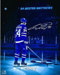 Auston Matthews Maple Leafs, Chandail 16x20 Bleu Autographié Sous Le Feu Des Projecteurs Photo