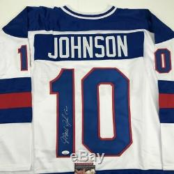 Autographié / Signé Johnson Mark Blanc Etats-unis Miracle 1980 Hockey Jersey Jsa Coa