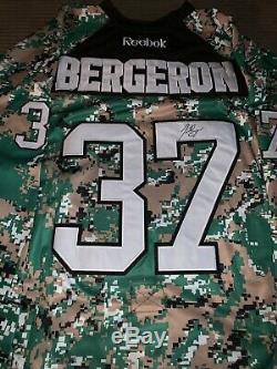 Patrice Bergeron - Camouflage - Maillot Militaire Des Bruins De Boston Autographié