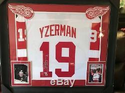 Steve Yzerman # 19 - Chandail Redcos Wings Detroit Autographié / Signé Et Encadré Sur Mesure